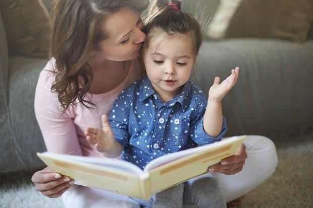 μητέρα βοηθάει το παιδί της να διαβάσει